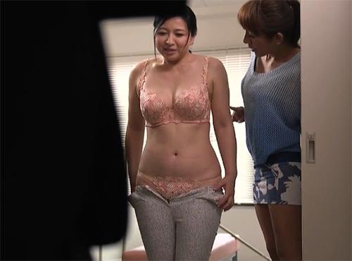 熟女清掃員が若い社員に迫られロッカールームで社内ガチファック隠し撮りSEX